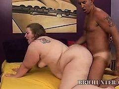 Загорелый мужик раком ебет молодую толстушку
