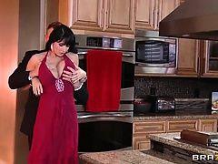 Красивая мамочка в вечернем платье трахается на кухне после вечеринки
