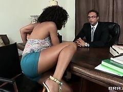 Секретарша Misty Stone совратила босса на столе
