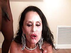 Пожилая красавица выплевывает сперму от толпы негров