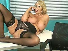 Горячая мамочка Leigh Darby грязно трахается в офисе