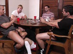 Парни играют в покер и проигравший сосет у всех под столом