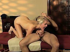 Симпатичная блондинка Cadence Lux отсасывает сильному массажисту