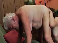Молодая лесбиянка лижет бабулю