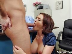 Грудастая секретарша Krissy Lane глубоко заглатывает хуй в офисе