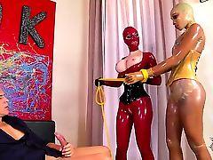Латексные сучки Latex Lucy и Katia D Lys наказывают чувака