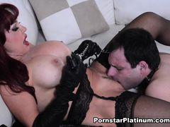 Покорный раб вылизывает сисястую госпожу в чулках