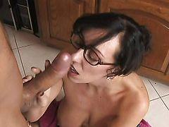 Опасная самка Alia Janine с большими сиськами сосет огромный хуй на кухне