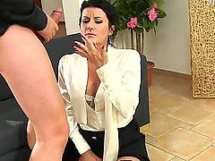 Опытная секретарша берет в рот