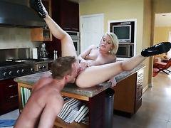 Ash Hollywood трахается на кухонном столе