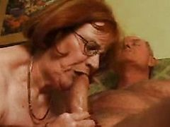 Рыжая толстая старуха жадно сосет у мужика