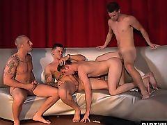Четыре молодых гея трахаются и кончают в оргии