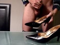Подрочил и кончил в туфлю на высоком каблуке чужой жены