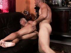 Опытный мужчина трахает соблазнительную блондинку
