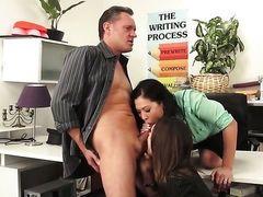 Шикарная London Keyes с горячей подругой сосут у босса в офисе