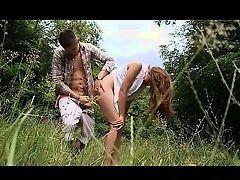 Латиноамериканская милашка обольстила незнакомца в лесу