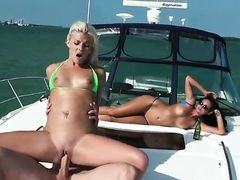 Блондинка с брюнеткой трахаются в море на яхте богатого мажора