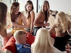 Сексуальные девушки хотят видеть его голый