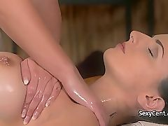 Лесбийская массажистка трахала черноволосую красотку
