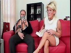 Скучающая бабуля берет ртом