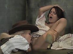 Девушка просыпается в тюрьме