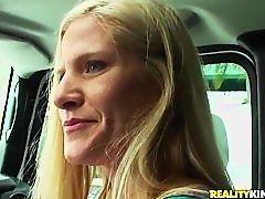 Зрелая блондинка сосет пульсирующий член в автомобиле