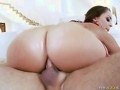 Сексуальная красотка берет его трах в жопу