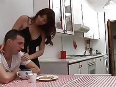 Сексуальная итальянская женушка хочет во всем удовлетворить мужа. Завтрак и утренний секс
