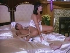 Горячая брюнетка невеста отрабатывает утром скачки на своем богатом парне