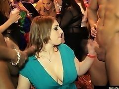 Большегрудая европейская девушка в зеленом платье наслаждается дрочкой членов. Большая оргия