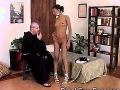 Белый священник становится грешником с горячей африканской красавицей