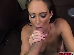 Сексуальная молодая с хорошими сиськами трахается в офисе