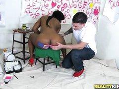 негритянка нарисовала на своей большой жопе американский флаг